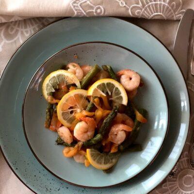 Теплый салат с креветками и спаржей - рецепт с фото