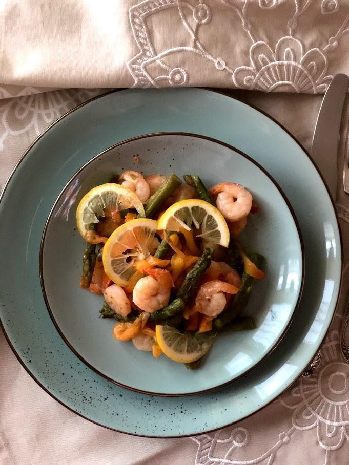Теплый салат с креветками и спаржей