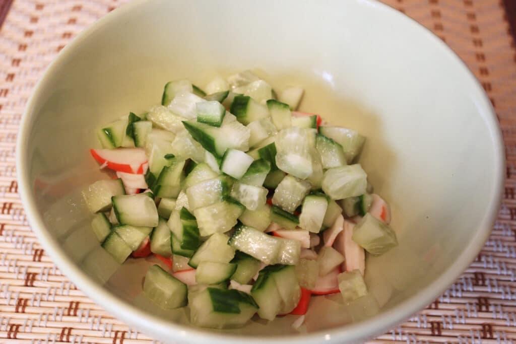 Фото рецепта - Салат с крабовым мясом и кукурузой - шаг 3