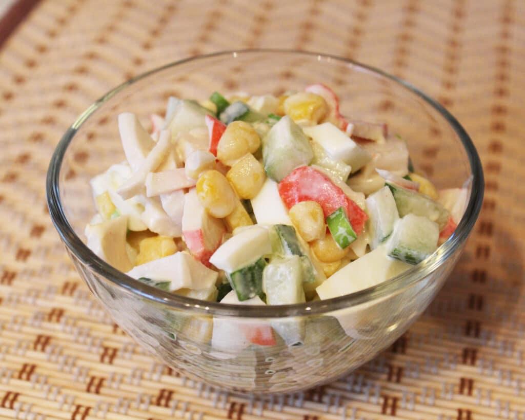 Фото рецепта - Салат с крабовым мясом и кукурузой - шаг 8