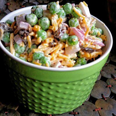 Летний салат из гороха, сыра и колбасы - рецепт с фото