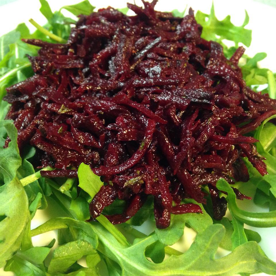 Салат из сырой свеклы с чесноком
