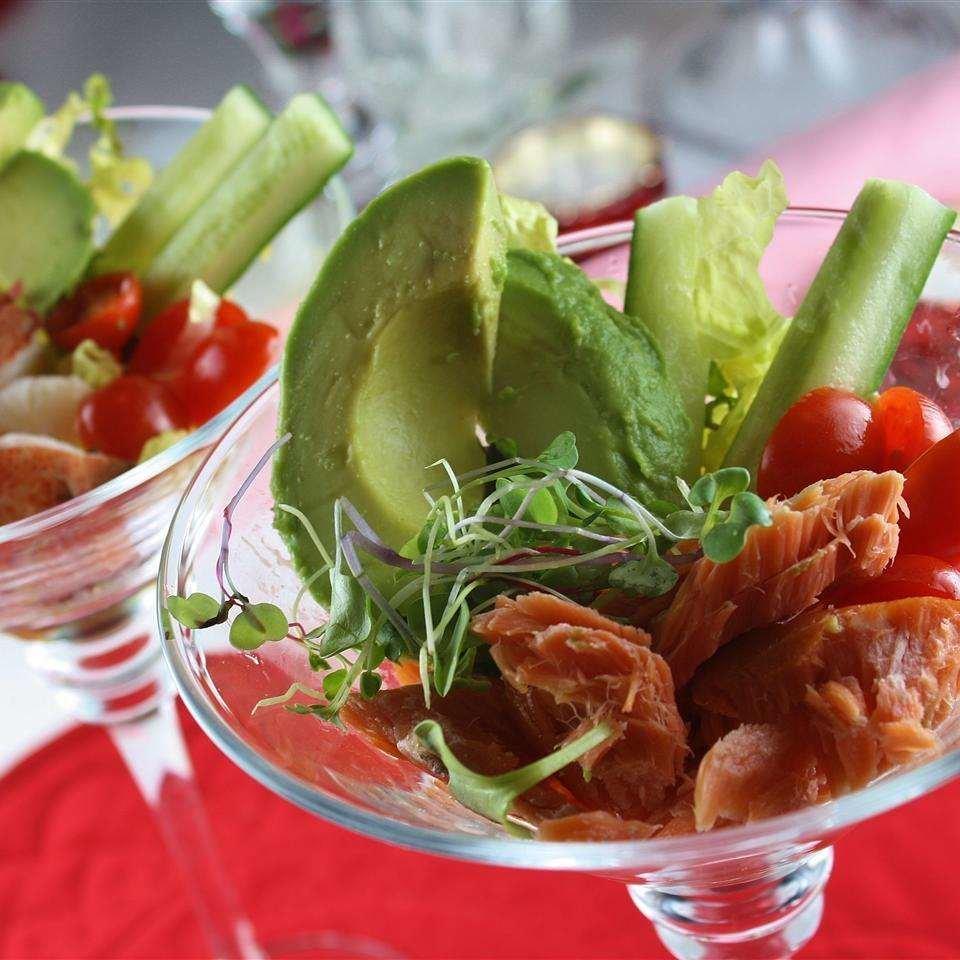 Салат-коктейль с лососем и авокадо