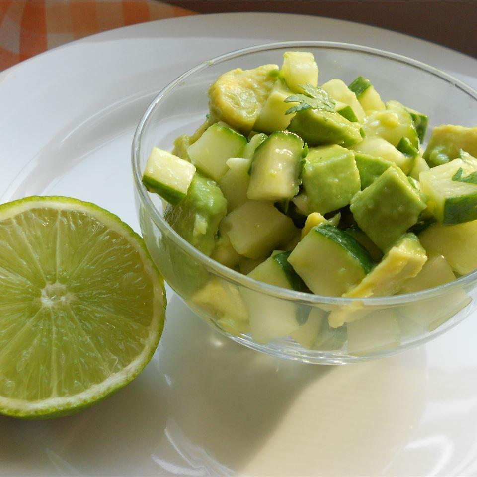 Острый салат из огурцов и авокадо