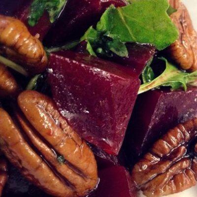 Салат из запеченной свеклы с орехами - рецепт с фото