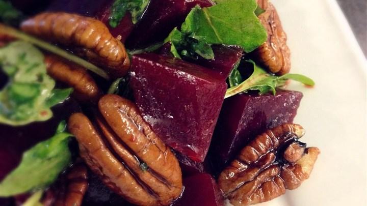 Салат из запеченной свеклы с орехами