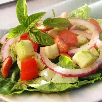 Салат из огурцов и помидоров с тофу и фасолью - рецепт с фото