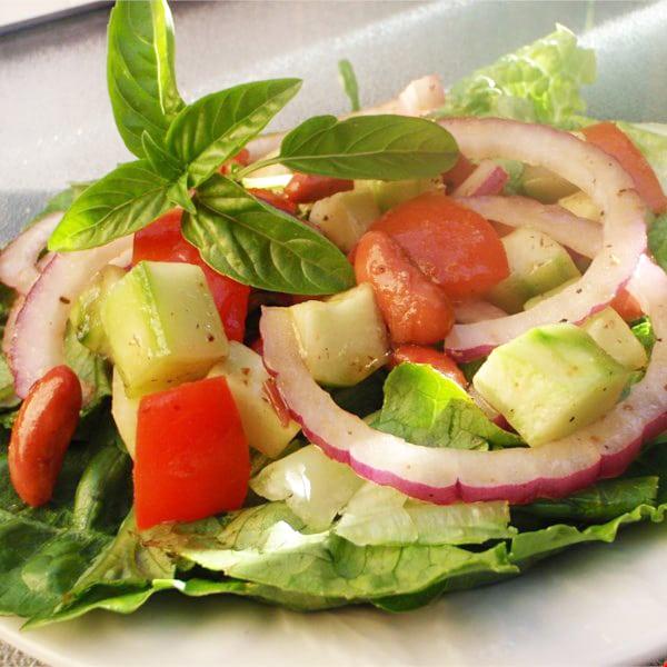 Салат из огурцов и помидоров с тофу и фасолью