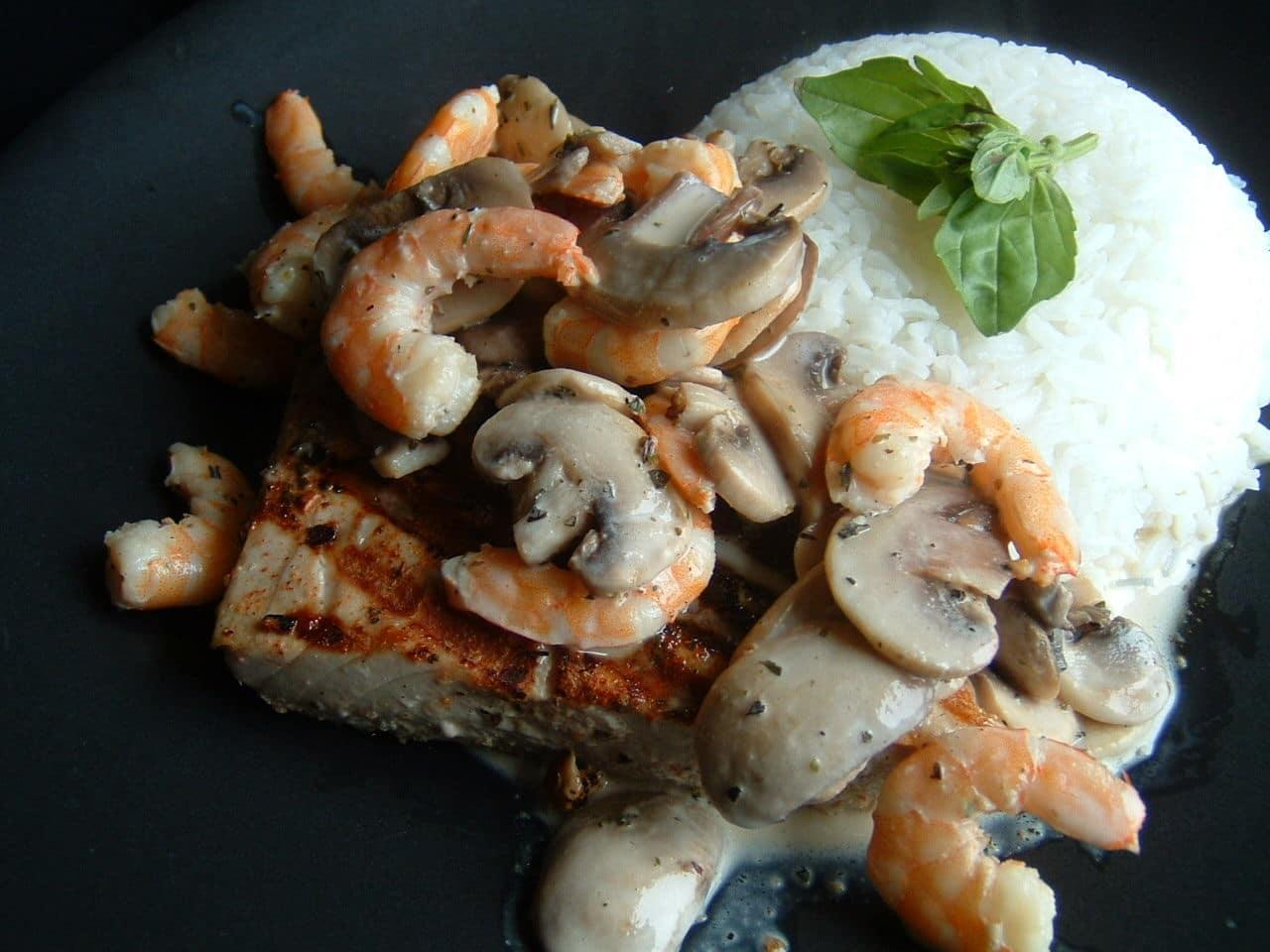 Сливочный соус с грибами и креветками