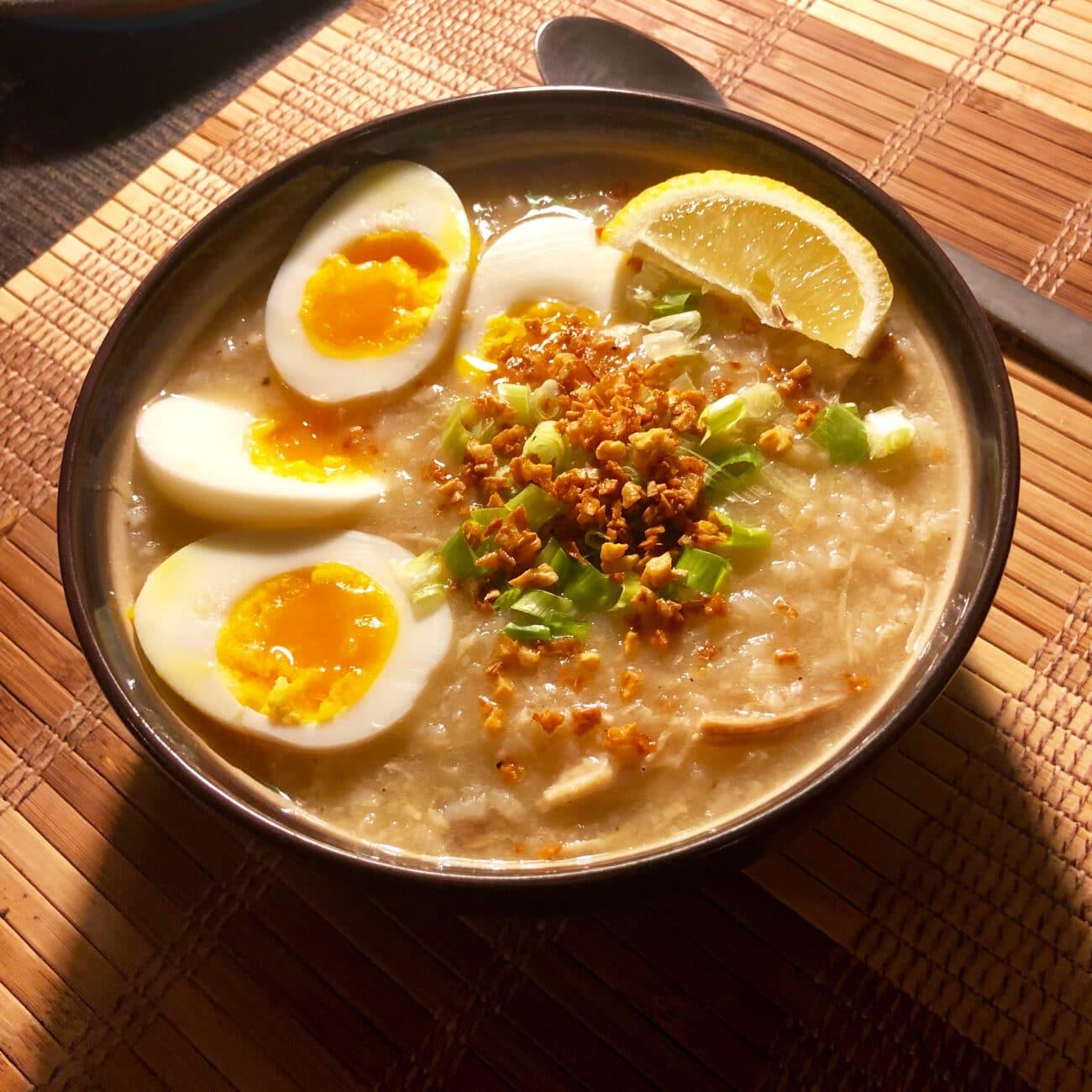 Густой рисовый суп, сваренный на куриных крылышках
