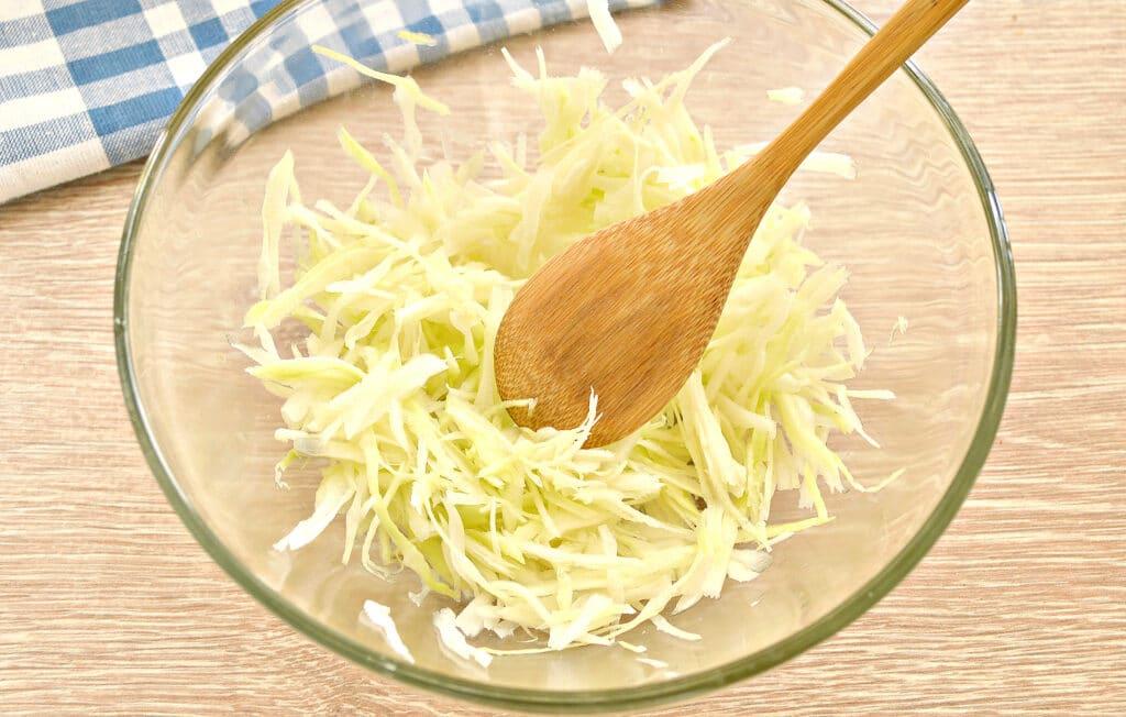 Фото рецепта - Салат со свежей капустой и курицей - шаг 1