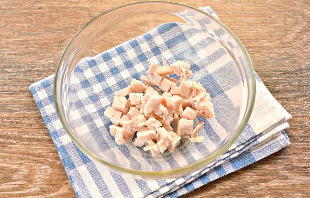 Фото рецепта - Салат с копченой курицей и зеленым горошком - шаг 1