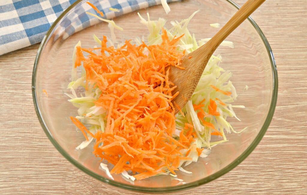 Фото рецепта - Салат со свежей капустой и курицей - шаг 2