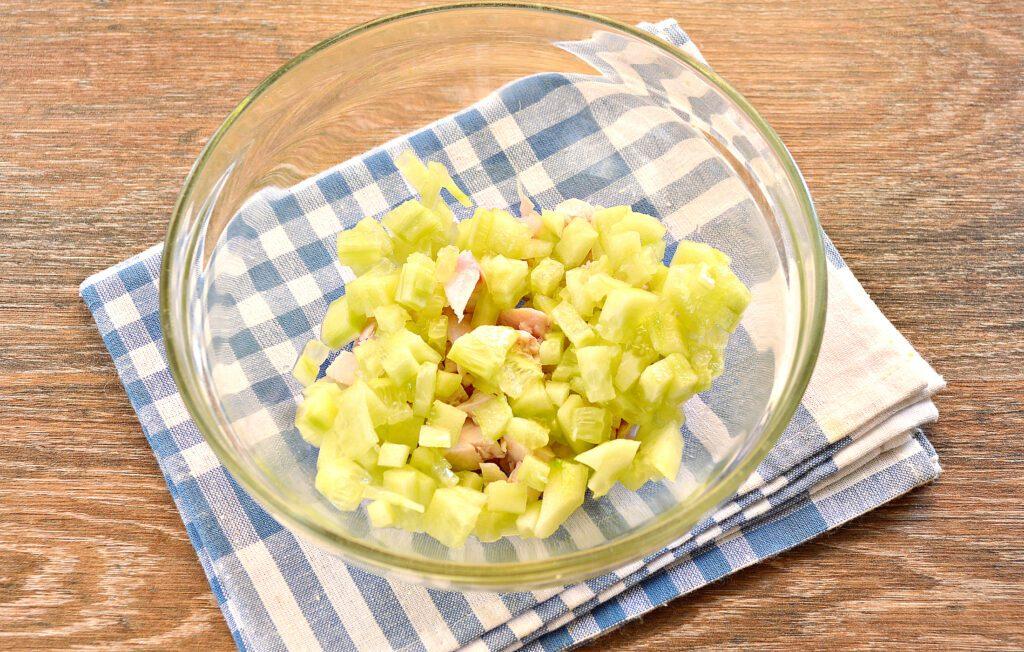 Фото рецепта - Салат с копченой курицей и зеленым горошком - шаг 2