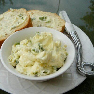 Сырное масло с чесноком и базиликом - рецепт с фото