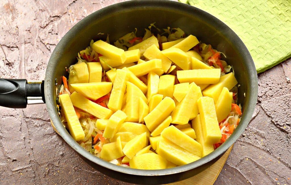 Фото рецепта - Картофель, тушенный с капустой и сосисками - шаг 2