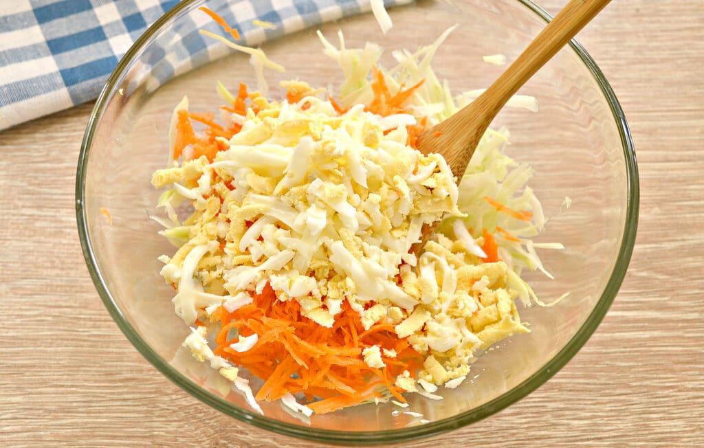 Фото рецепта - Салат со свежей капустой и курицей - шаг 3