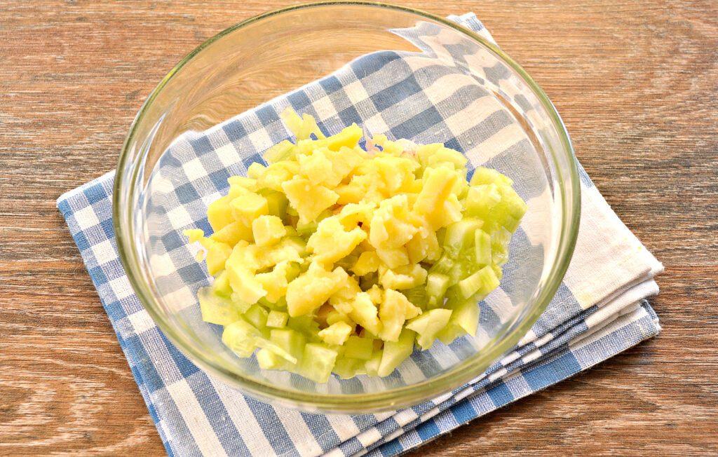 Фото рецепта - Салат с копченой курицей и зеленым горошком - шаг 3