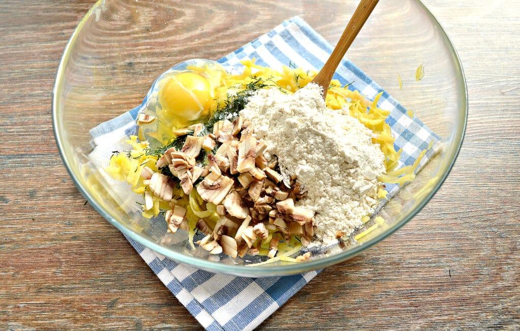 Фото рецепта - Картофельные оладьи с грибами и зеленью - шаг 3