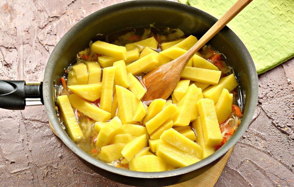 Фото рецепта - Картофель, тушенный с капустой и сосисками - шаг 3
