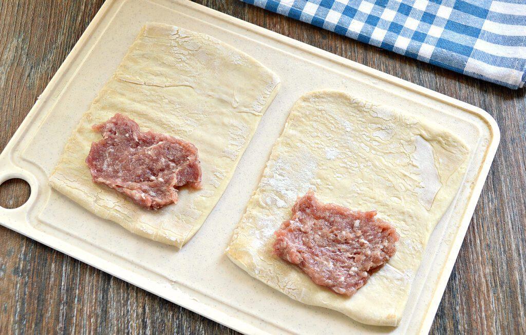 Фото рецепта - Слойки с мясным фаршем в духовке - шаг 3