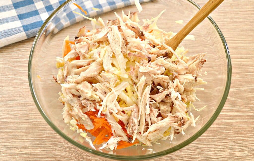 Фото рецепта - Салат со свежей капустой и курицей - шаг 4