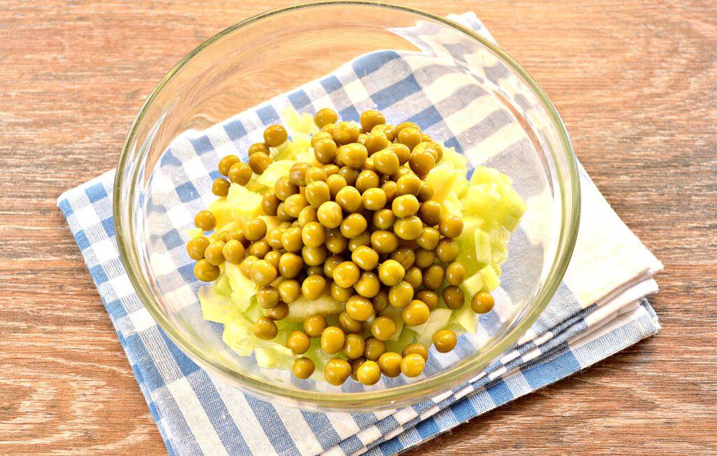 Фото рецепта - Салат с копченой курицей и зеленым горошком - шаг 4
