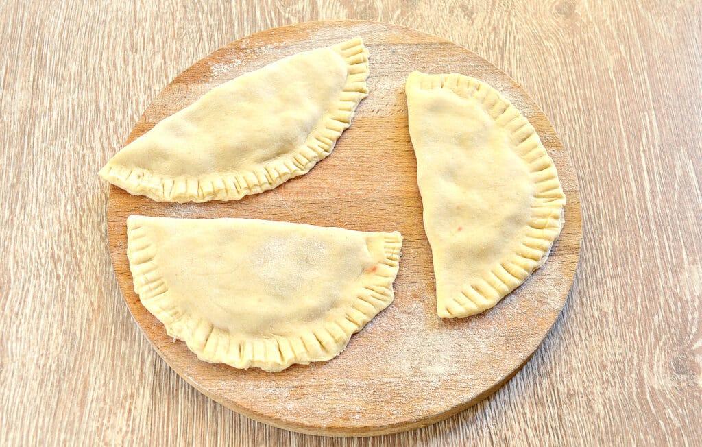 Фото рецепта - Чебуреки с мясом в духовке - шаг 4