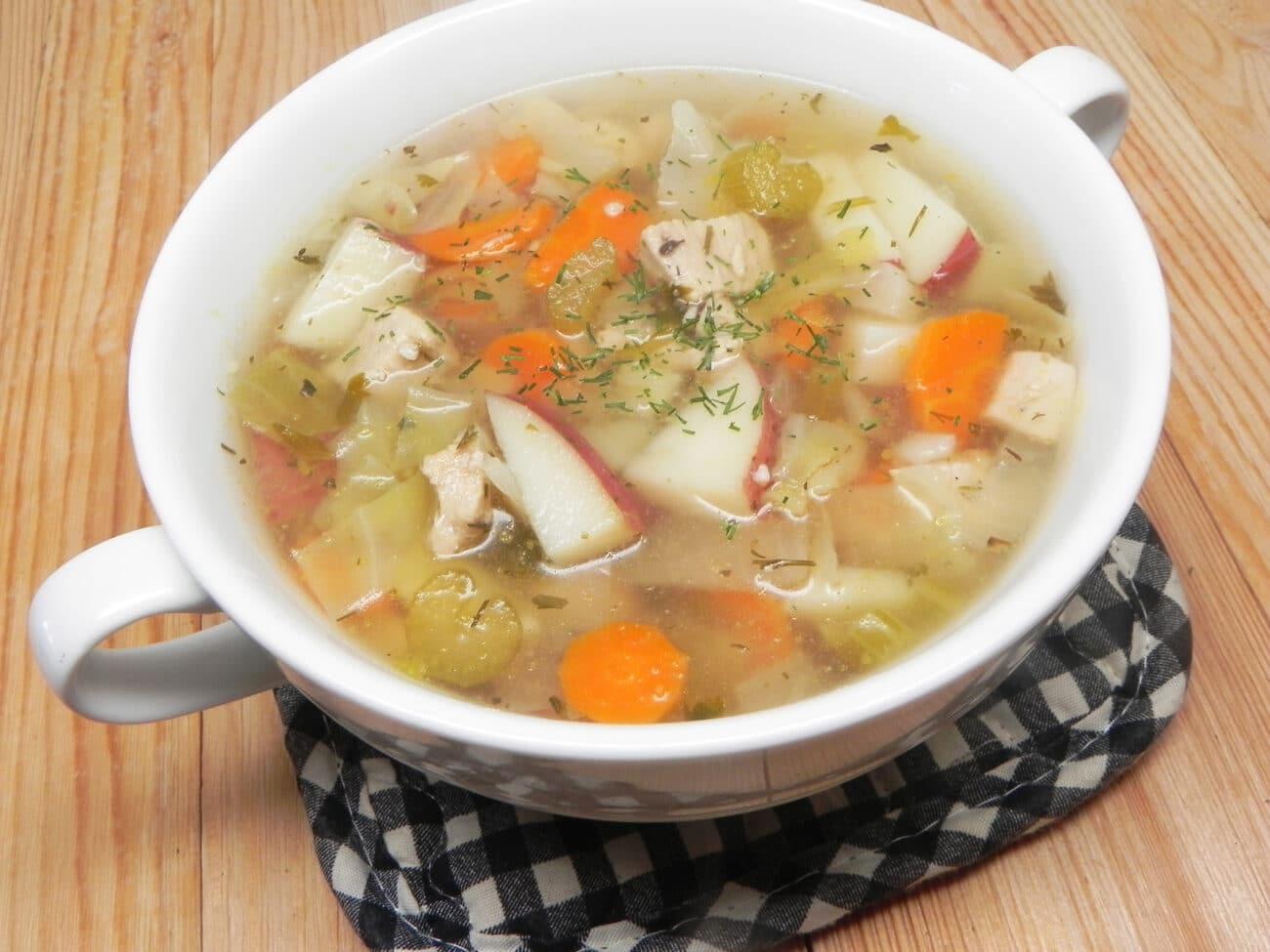 Куриный суп с капустой и сельдереем