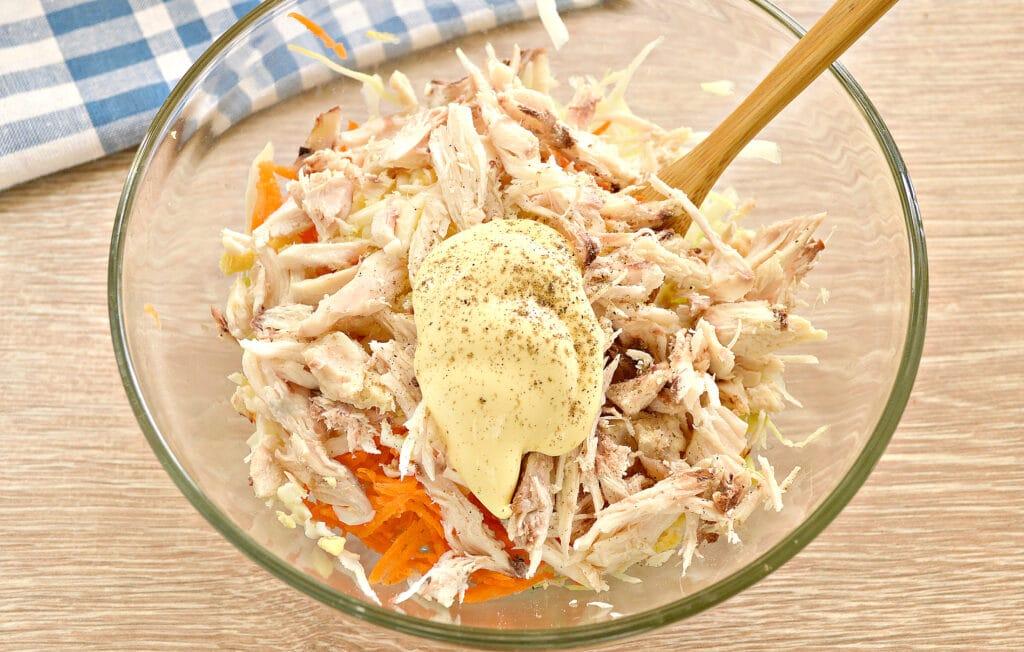 Фото рецепта - Салат со свежей капустой и курицей - шаг 5