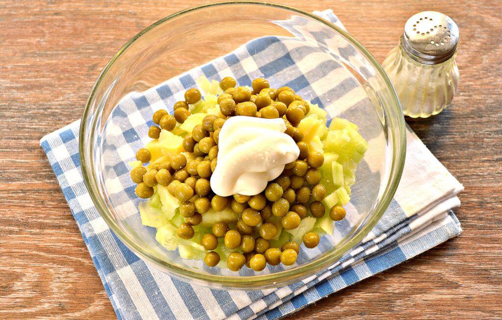 Фото рецепта - Салат с копченой курицей и зеленым горошком - шаг 5