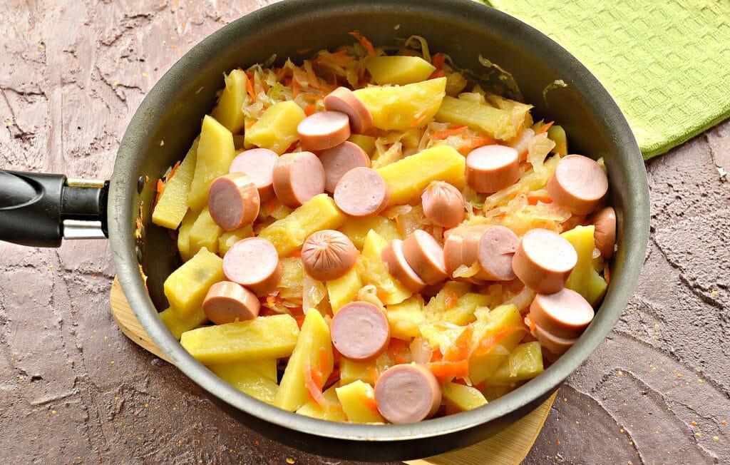 Фото рецепта - Картофель, тушенный с капустой и сосисками - шаг 5