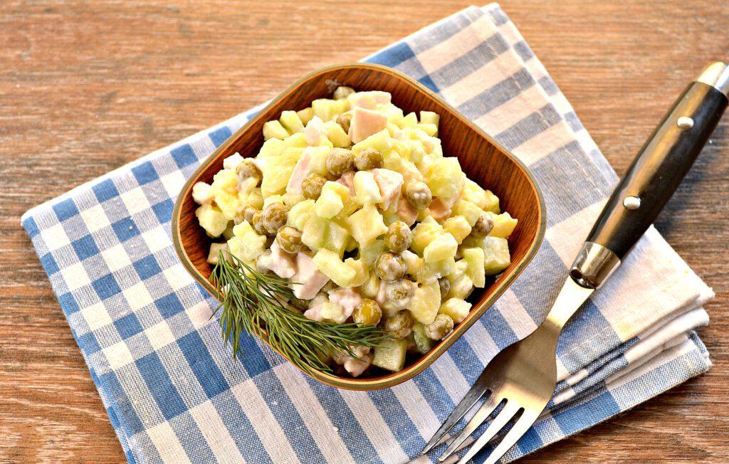 Фото рецепта - Салат с копченой курицей и зеленым горошком - шаг 6
