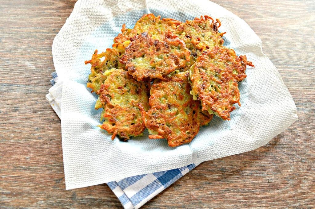 Фото рецепта - Картофельные оладьи с грибами и зеленью - шаг 6