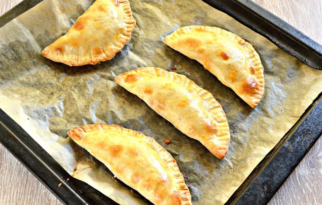 Фото рецепта - Чебуреки с мясом в духовке - шаг 6