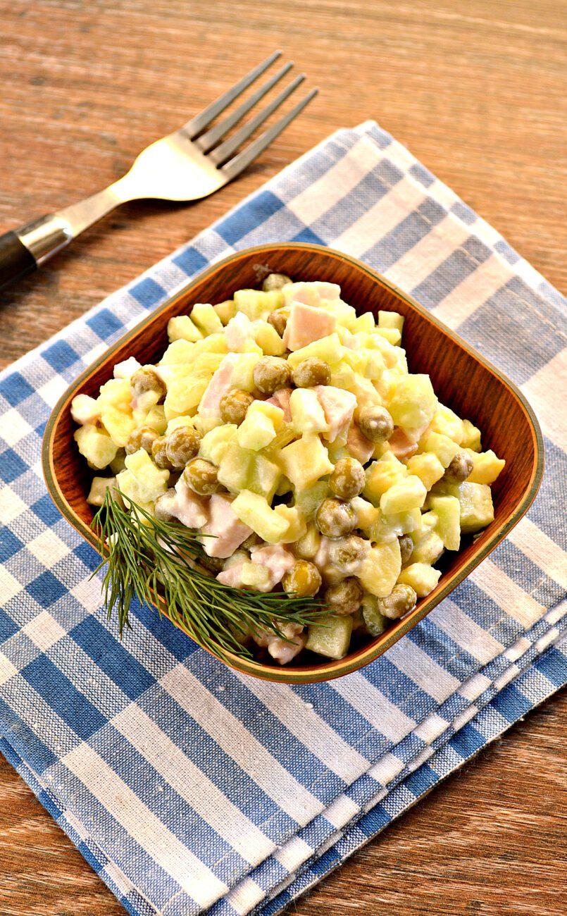 Салат с копченой курицей и зеленым горошком
