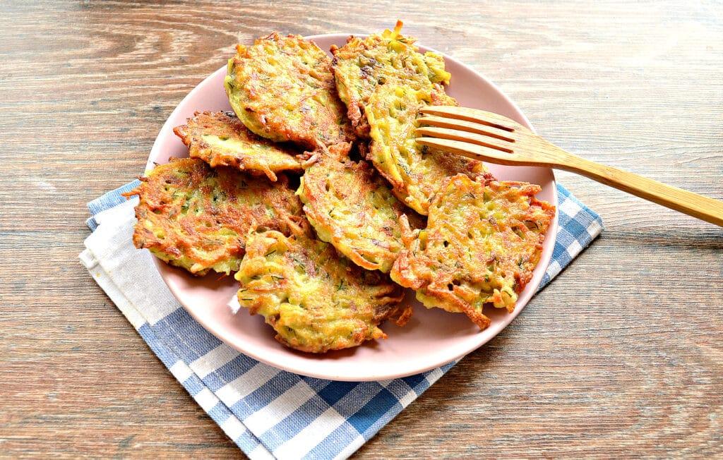 Фото рецепта - Картофельные оладьи с грибами и зеленью - шаг 7