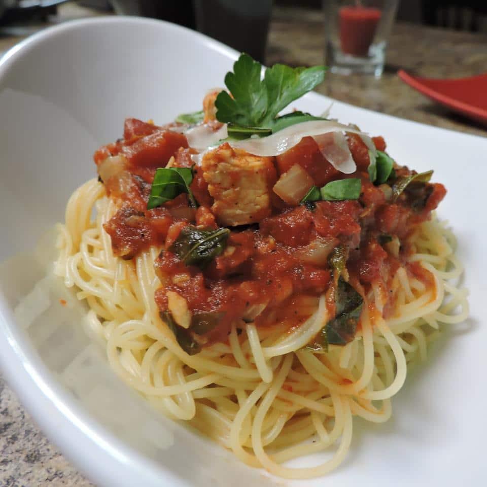 Спагетти с тушеной курицей и томатным соусом