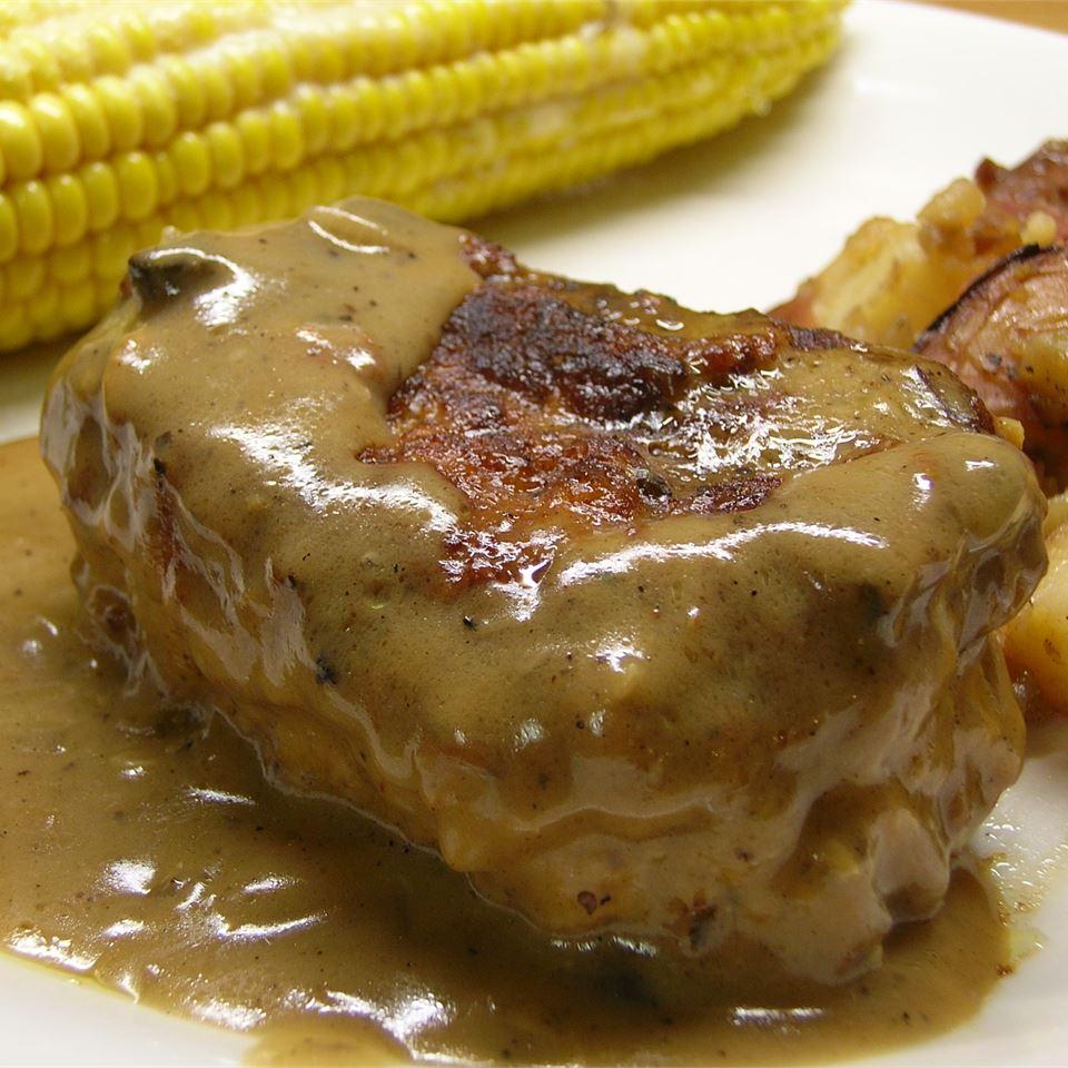 Свиные стейки с винно-грибным соусом