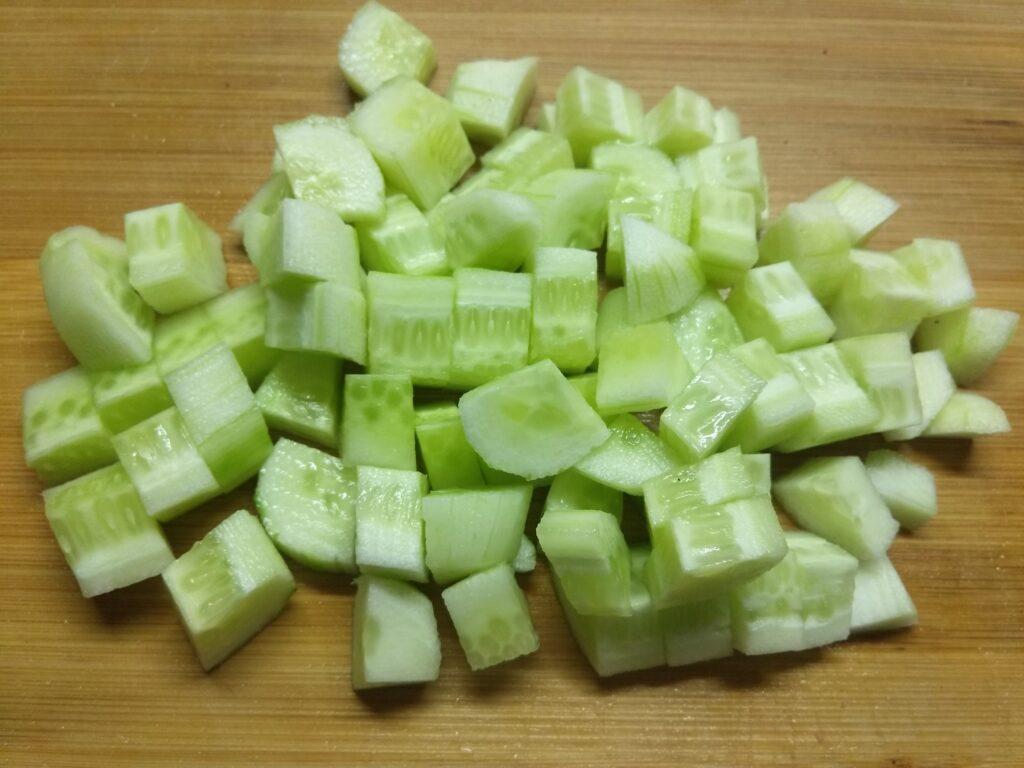 Фото рецепта - Салат из салями, помидоров, огурцов и яблок - шаг 3