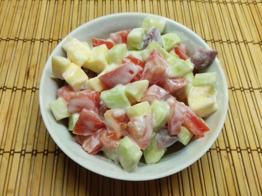 Фото рецепта - Салат из салями, помидоров, огурцов и яблок - шаг 6