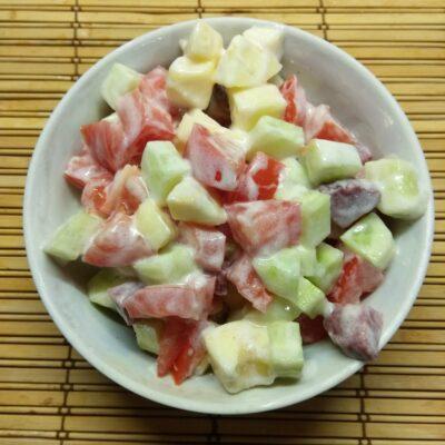 Салат из салями, помидоров, огурцов и яблок - рецепт с фото
