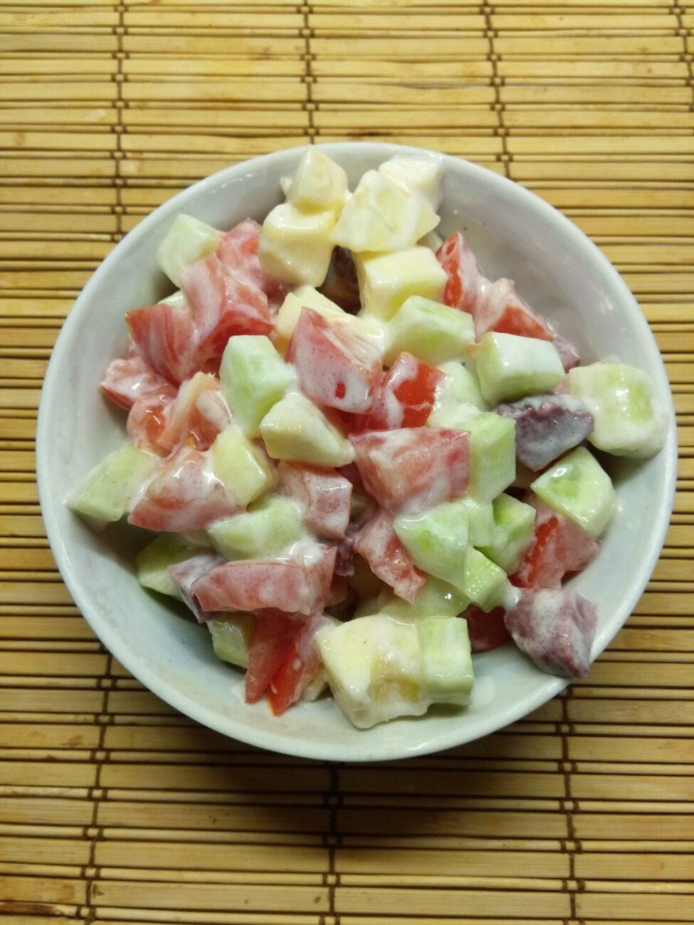 Салат из салями, помидоров, огурцов и яблок