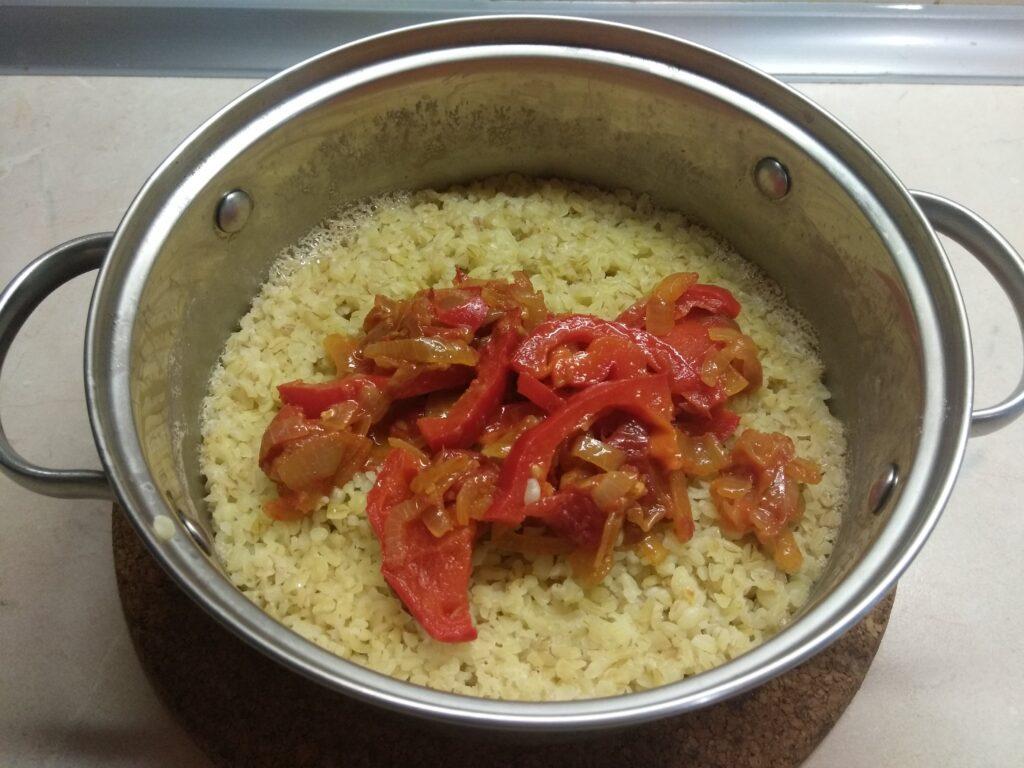 Фото рецепта - Булгур с луком, помидорами и болгарским перцем - шаг 5