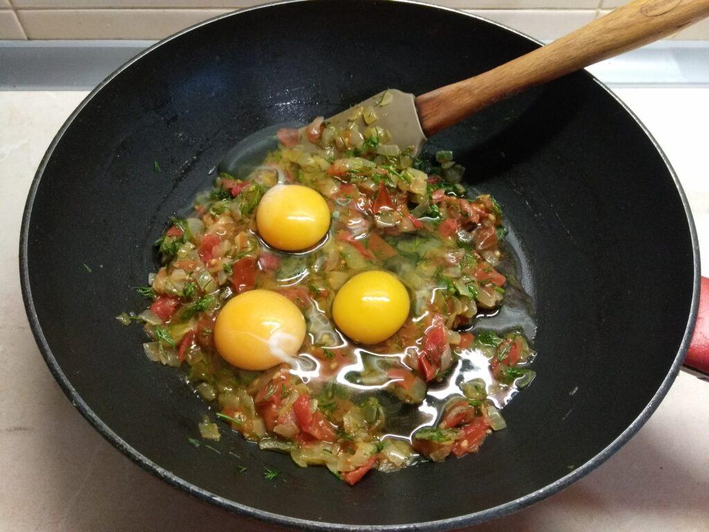 Фото рецепта - Запеченные корзинки из вареной колбасы с омлетом - шаг 5
