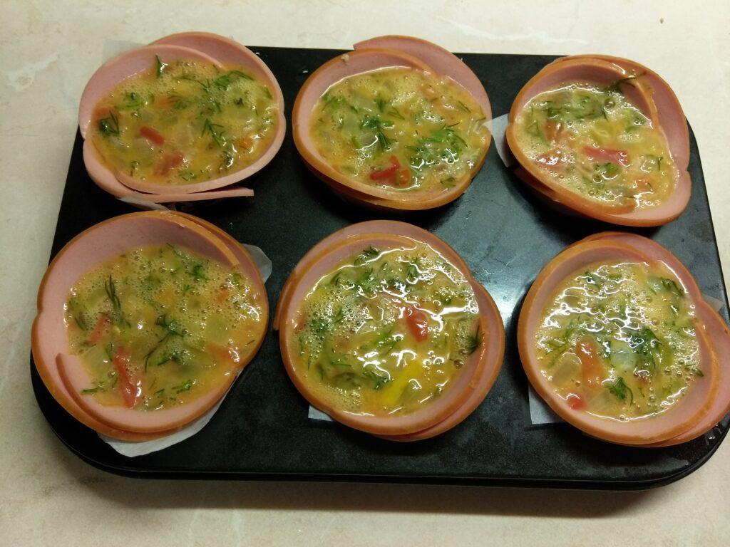 Фото рецепта - Запеченные корзинки из вареной колбасы с омлетом - шаг 6