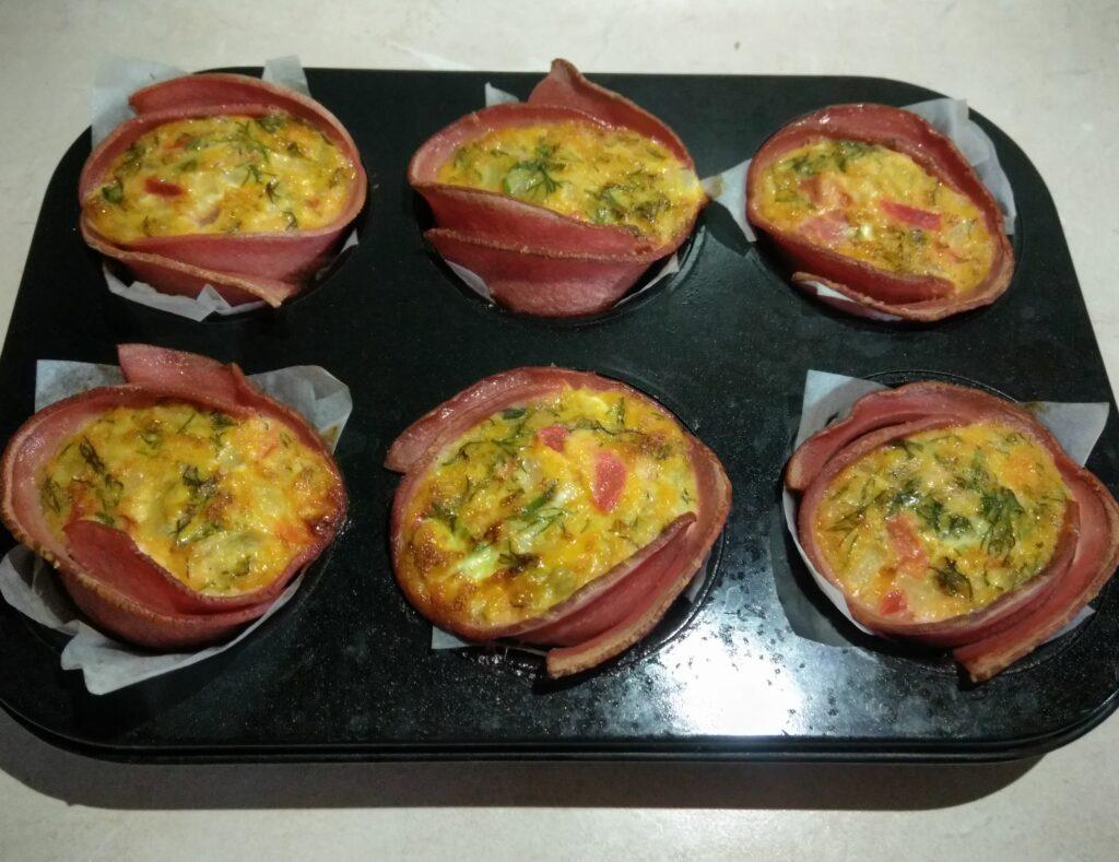 Фото рецепта - Запеченные корзинки из вареной колбасы с омлетом - шаг 7