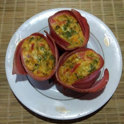 Запеченные корзинки из вареной колбасы с омлетом - рецепт с фото