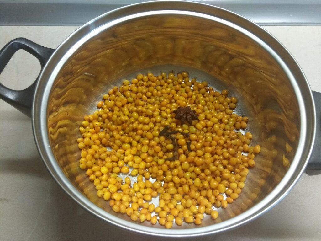 Фото рецепта - Напиток из облепихи с пряными специями - шаг 2