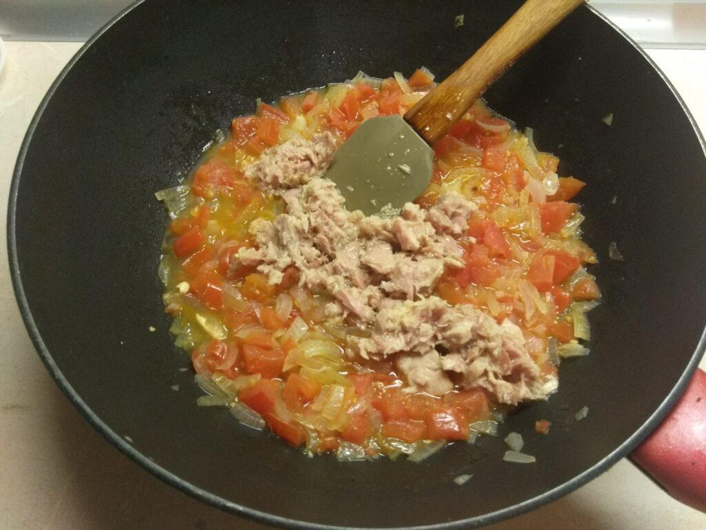Фото рецепта - Спагетти с тунцом, луком и помидорами - шаг 3